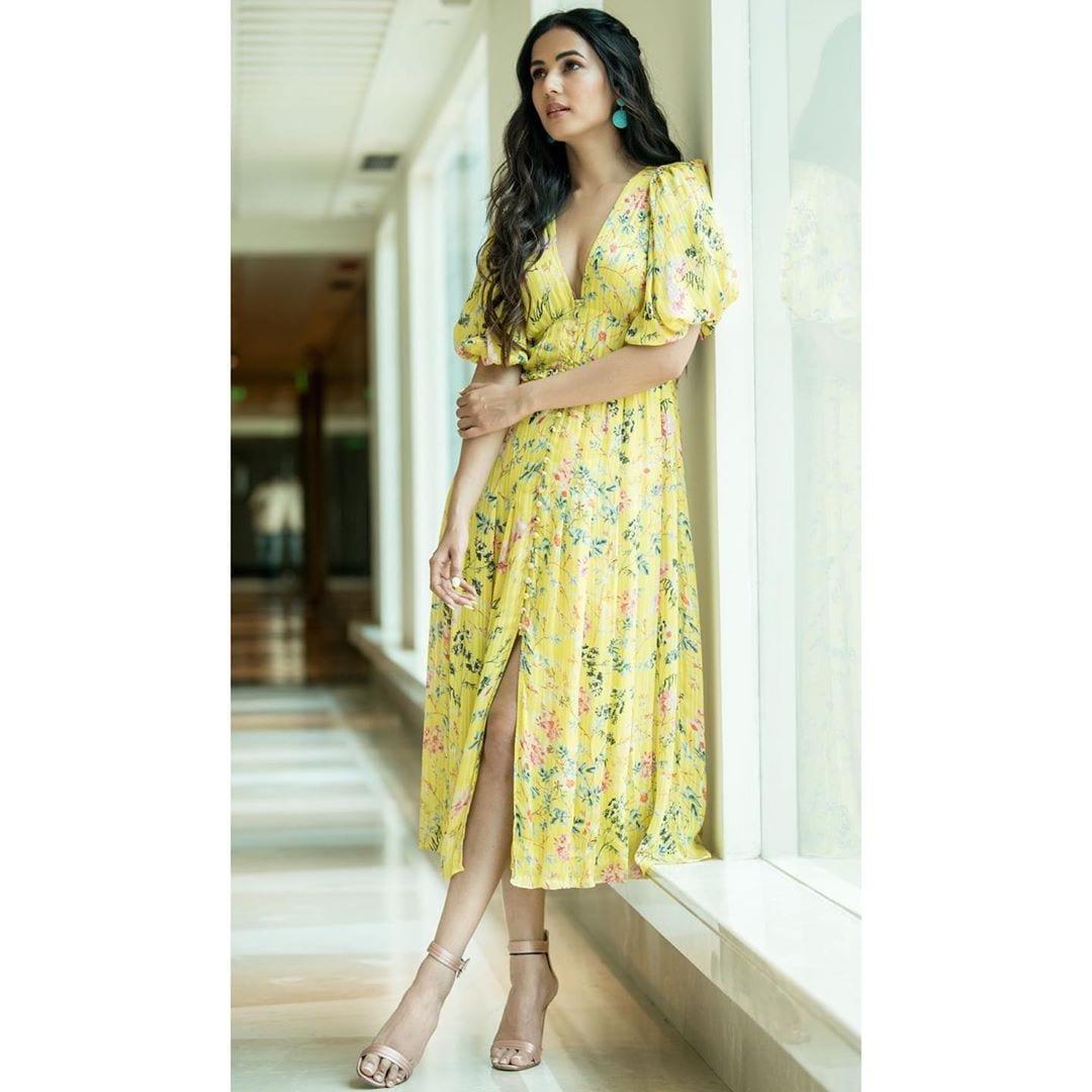సోనాల్ చౌహాన్ హాట్ ఫోటోస్ Photo: Instagram.com/sonalchauhan