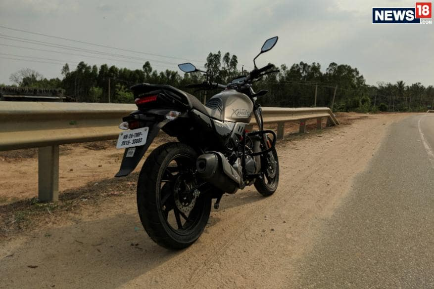 8. హీరో ఎక్స్పల్స్ 200టీ క్యాండీ బ్లేజింగ్ రెడ్, బ్లాక్, మ్యాటీ షీల్డ్ గోల్డ్, మ్యాటీ యాక్సిస్ గ్రే కలర్స్లో లభిస్తుంది. (Image: Manav Sinha/News18.com)