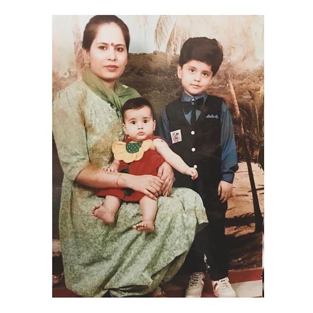 తన తల్లితో చిన్న నాటి రాశీ ఖన్నా..Photo: Instagram.com/raashikhannaoffl/