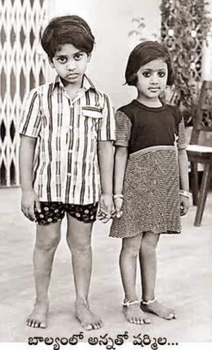 చిన్నతనంలో చెల్లెలు షర్మిలతో వైఎస్ జగన్...(photo: twitter)