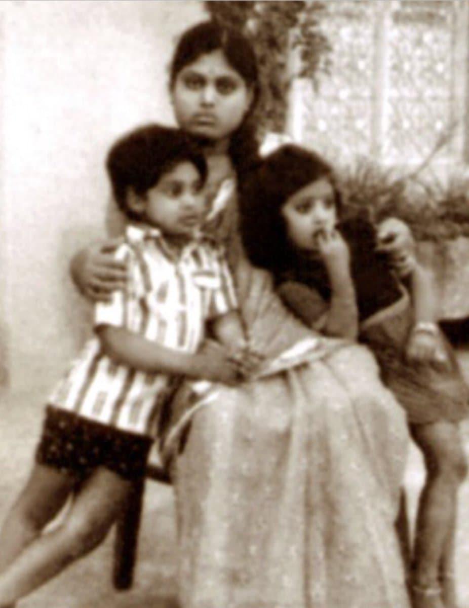 తల్లి విజయమ్మతో వైఎస్ జగన్, వైఎస్ షర్మిల(photo: twitter)