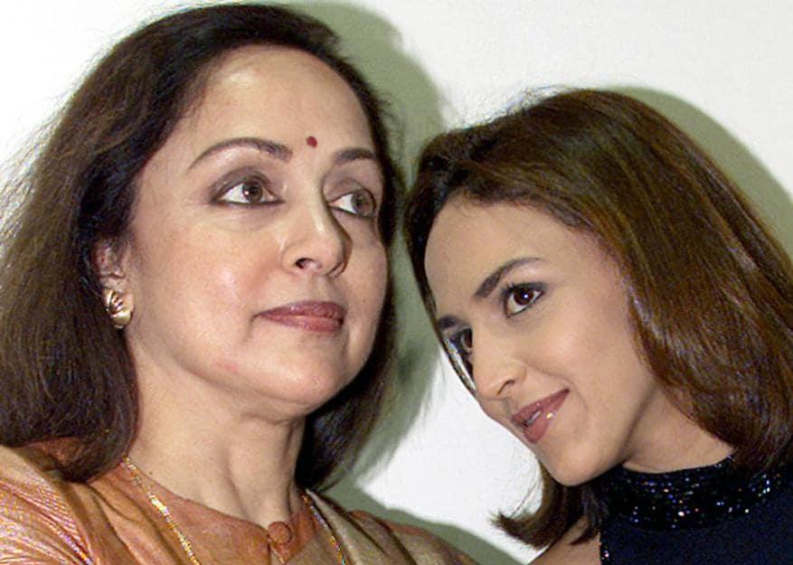 తల్లి హేమ మాలినితో ఈషా డియోల్ (Image: Reuters)