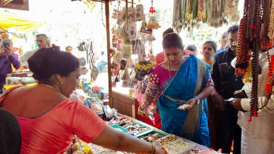 అంజరమ్మ కణం ఆలయం పరిసరాల్లో రోజా షాపింగ్