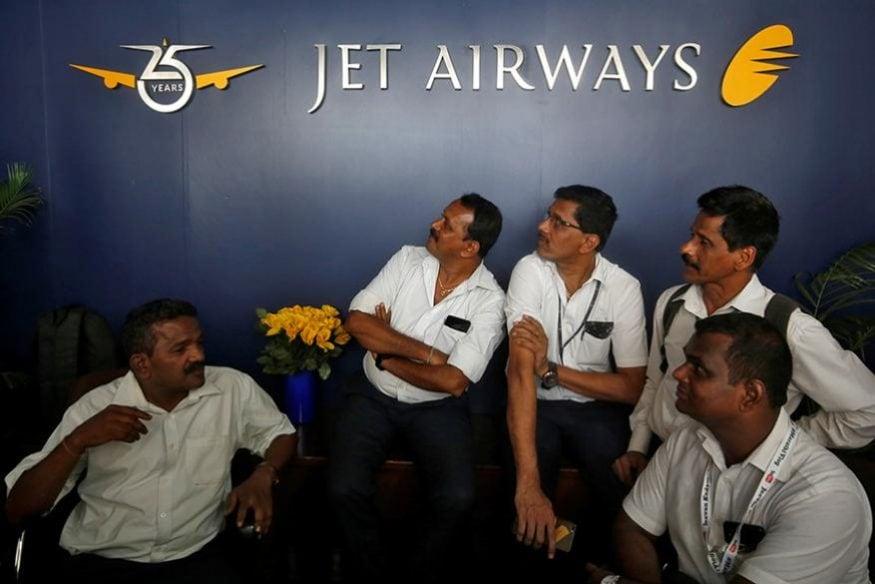 ముంబైలోని సంస్థ ఫ్రంట్ డెస్క్ దగ్గర ధర్నాలో కూర్చున్న జెట్ ఎయిర్ వేస్ ఉద్యోగులు (Image: Reuters)