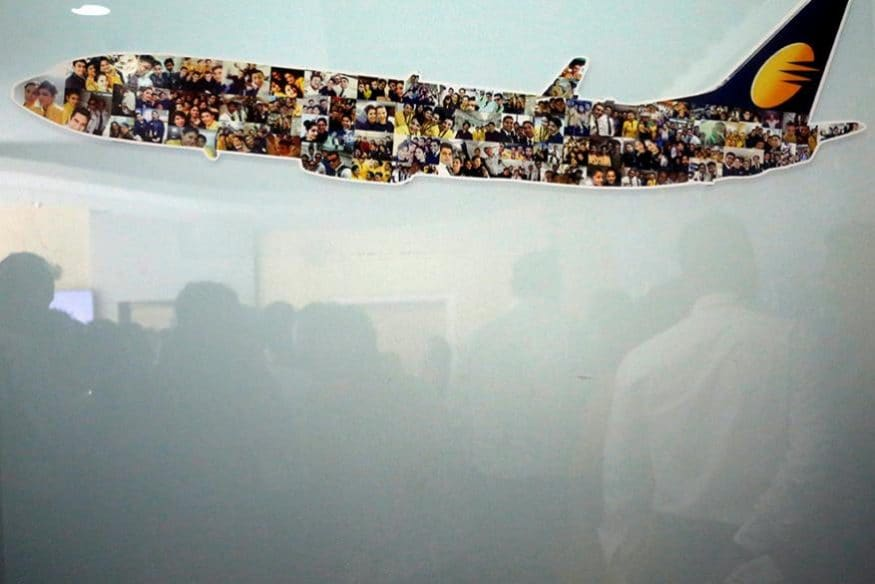 ముంబైలోని సంస్థ హెడ్ క్వార్టర్ దగ్గర గ్లాస్ విండోలో రిఫ్లెక్ట్ అవుతున్న జెట్ ఎయిర్వేస్ ఉద్యోగులు (Image: Reuters)