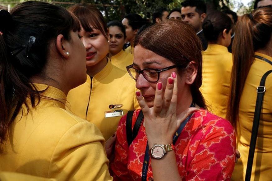 ఢిల్లీలో జెట్ ఎయిర్ వేస్ ఉద్యోగిని ఓదార్చుతున్న తోటి ఉద్యోగులు. (Image: Reuters)
