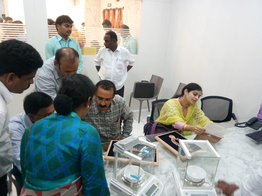 అందులో భాగంగా రాష్ట్రంలోని లలితా, కళ్యాణ్ జ్యూయలరీ షోరూమ్స్లో తనిఖీలు నిర్వహించారు