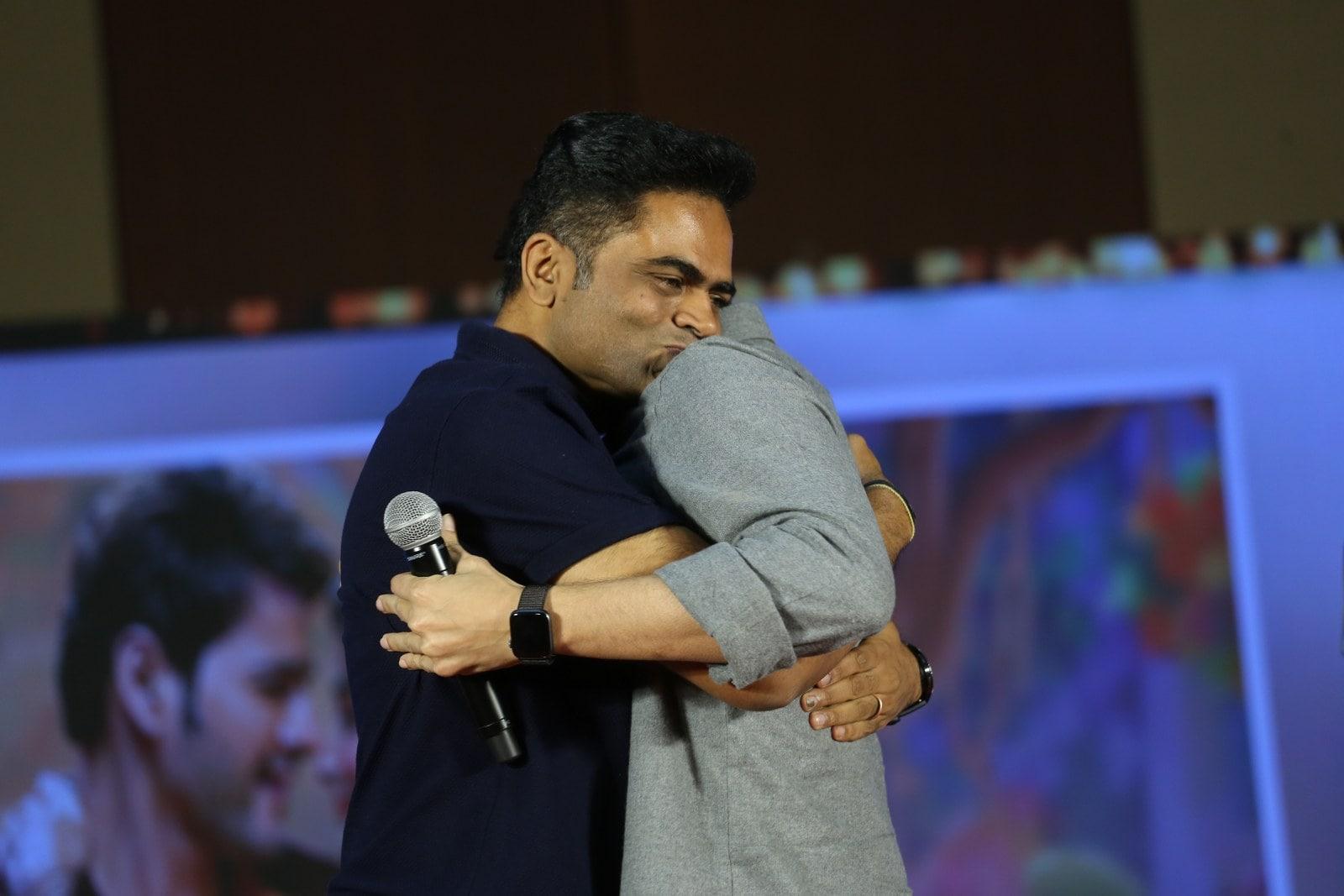 'మహర్షి' సక్సెస్ మీట్లో వంశీ, మహేష్..ఆలింగనం