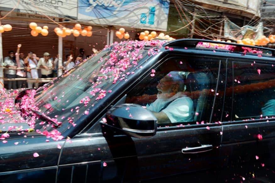 వారణాసిలో ప్రధాని కాన్వాయ్పై పూల వాన కురిపిస్తున్న కార్యకర్తలు (Image: PTI)