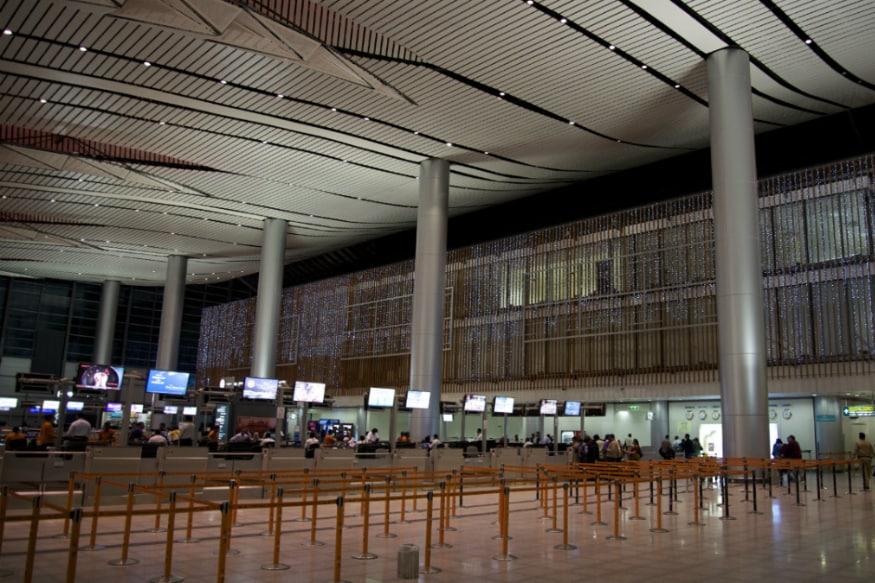 8. రాజీవ్ గాంధీ ఇంటర్నేషనల్ ఎయిర్పోర్ట్, హైదరాబాద్ - ఇండియా : 2008లో ప్రారంభమైన ఈ ఎయిర్పోర్ట్ తెలంగాణ రాజధాని హైదరాబాద్ నుంచీ సర్వీసులు అందిస్తోంది. ఇండియాలో అత్యంత రద్దీ విమానాశ్రయాల్లో ఇది ఆరోది. (Image: Wikimedia Commons)