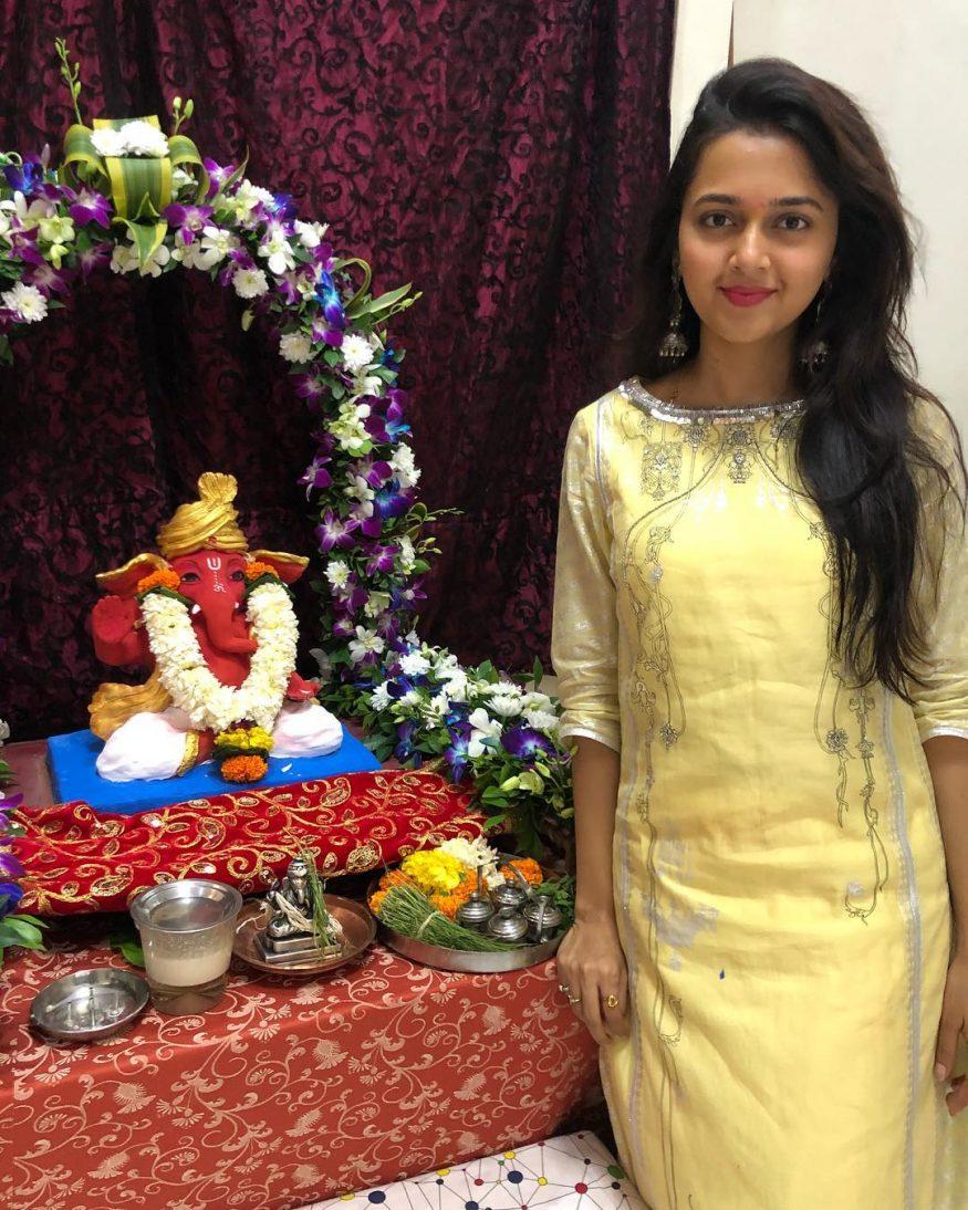 అమాయక చూపులతో కట్టిపడేస్తున్న తేజశ్వి ప్రకాష్ ( Image : Instagram.com / tejasswiprakash
