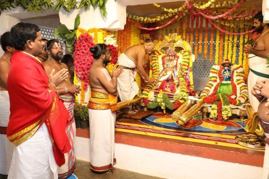 క్రీస్తు శకం 300 సంవత్సరంలో టీటీడీని నిర్మించినట్లు చెబుతున్నారు. అప్పటి నుంచీ రోజూ 50,000 నుంచీ లక్ష మందికి పైగా భక్తులు శ్రీవారిని దర్శిస్తున్నారు. బ్రహ్మోత్సవాల సమయంలో ఏకంగా రోజుకు 4-5 లక్షల మంది వస్తున్నారు. భక్తులు కానుకలుగా క్యాష్, బంగారం, వెండి, ఆస్తి పత్రాలు, డీమ్యాట్ షేర్లను ఇస్తున్నారు. ఏటా టీటీడీకి హుండీ కలెక్షన్ల కింద రూ.1,000 కోట్ల నుంచీ రూ.1,200 కోట్ల దాకా వస్తోంది.