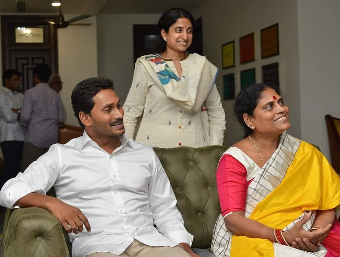 తల్లి విజయమ్మ, భార్య భారతితో జగన్...Photo: Twitter