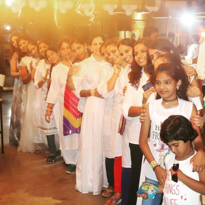 కౌశల్ బర్త్ డే వేడుకల్లో అతని కుటుంబ సభ్యులు, స్నేహితులు, తదితరులు.. (Image : Instagram)
