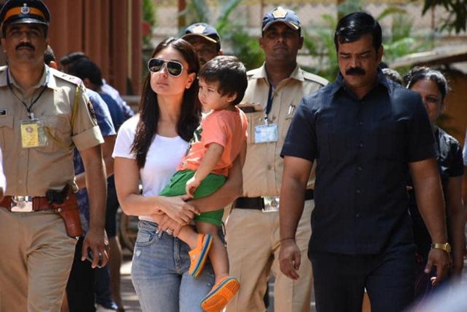 mumbai-actress-kareena-kapoor-taimur-arrives-polling_c6e762de-73e3-11e9-8633-eb97ff886575