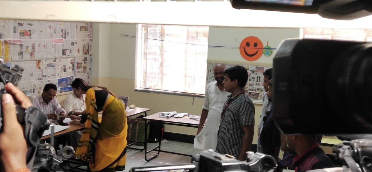 ఓటు వేసేందుకు పోలింగ్ కేంద్రంలో నస్రత్ జహాన్