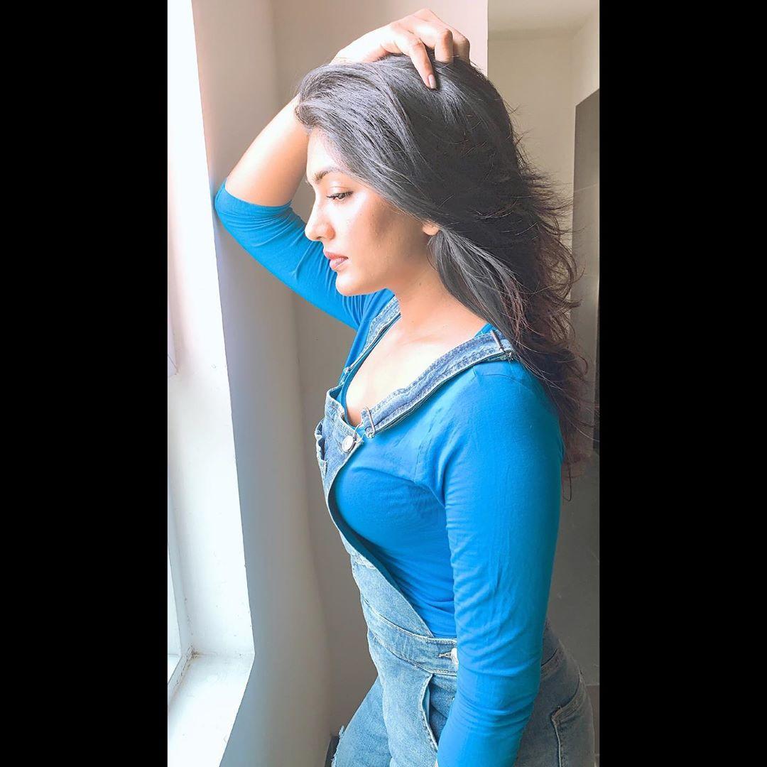 హాట్ ఫోటో షూట్లతో అదరగొడుతోన్న తెలుగు అందం ఈషా రెబ్బా.. Photo: Instagram.com/yourseesha