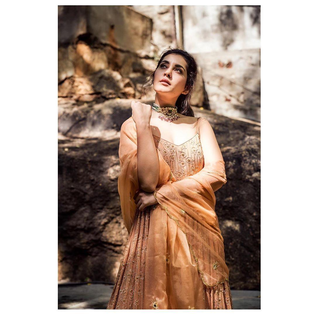 రాశీ ఖన్నా..హాట్ ఫోటో షూట్ Photo: Instagram.com/raashikhannaoffl