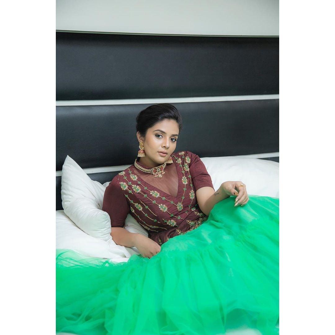 యాంకర్ శ్రీముఖి హాట్ ఫోటోషూట్ Photo: Instagram.com/sreemukhi