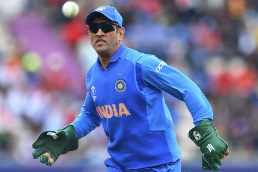 ICC World Cup 2019: దక్షిణాఫ్రికాతో మ్యాచ్లో బలిదానానికి ప్రతీకగా చూపే బలిదాన్ సింబల్ను ధోనీ తన గ్లోవ్స్ మీద వినియోగించాడు.