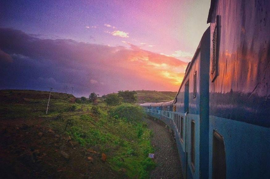 5. రాజధాని ఎక్స్ప్రెస్, శతాబ్ధి ఎక్స్ప్రెస్, దురంతో ఎక్స్ప్రెస్ ఎక్స్ప్రెస్ రైళ్లల్లో మొదటి 10 శాతం టికెట్లు మాత్రమే మీకు అసలు ధరకే టికెట్ లభిస్తుంది. టికెట్ బుకింగ్స్ పెరుగుతున్నకొద్దీ బేస్ ఫేర్ పెరుగుతుంది. (ప్రతీకాత్మక చిత్రం)