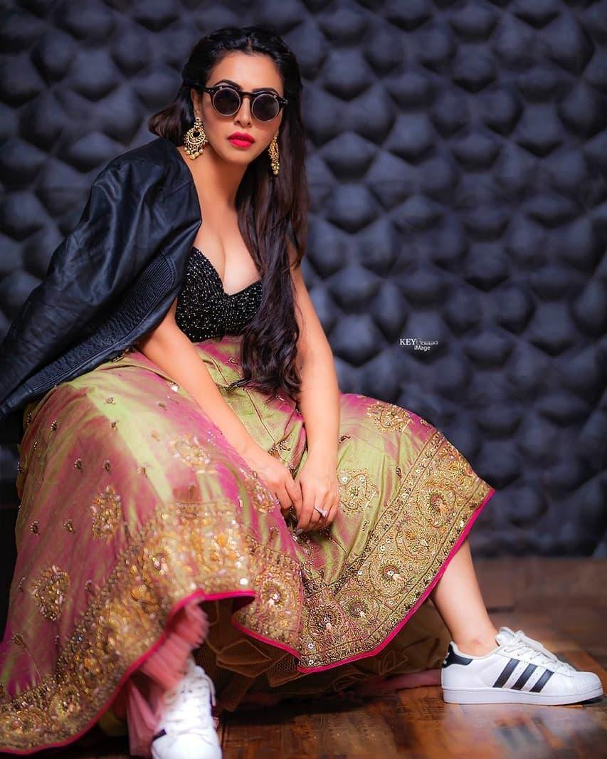 బిగ్బాస్ ఫేమ్ నందిని రాయ్ హాట్ ఫోటో షూట్ / Instagram Photos