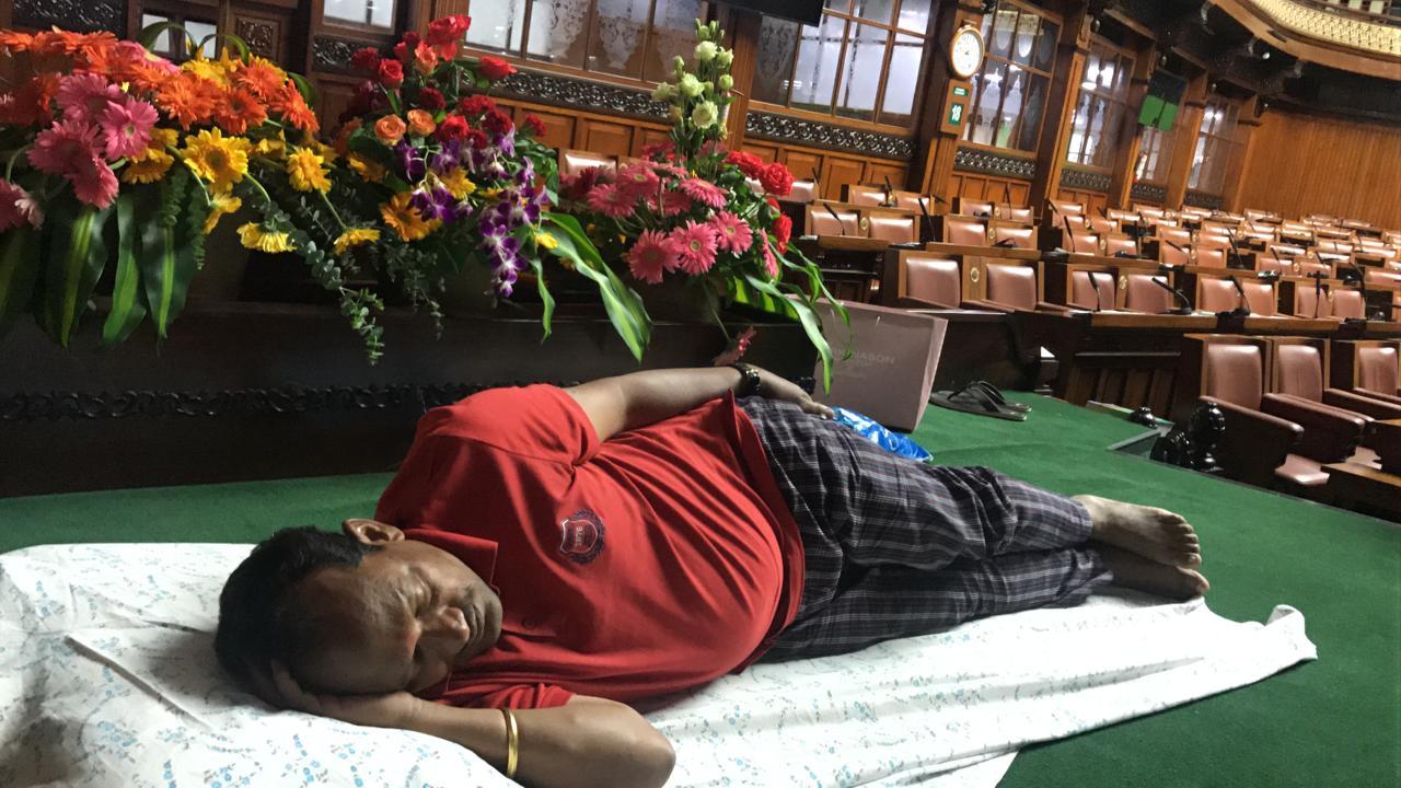 కర్ణాటక అసెంబ్లీలో నిద్రపోతున్న బీజేపీ ఎమ్మెల్యే