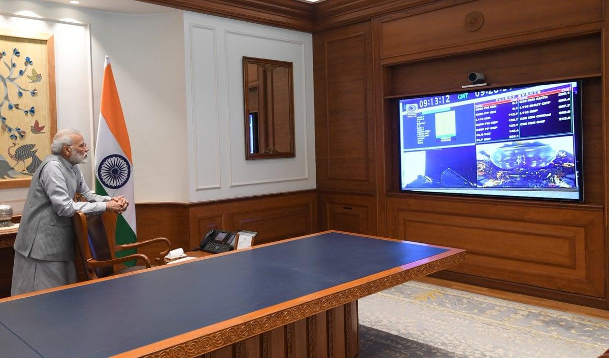 చంద్రయాన్ 2 ప్రయోగాన్ని వీక్షిస్తున్న ప్రధాని మోదీ (Image:Twitter)