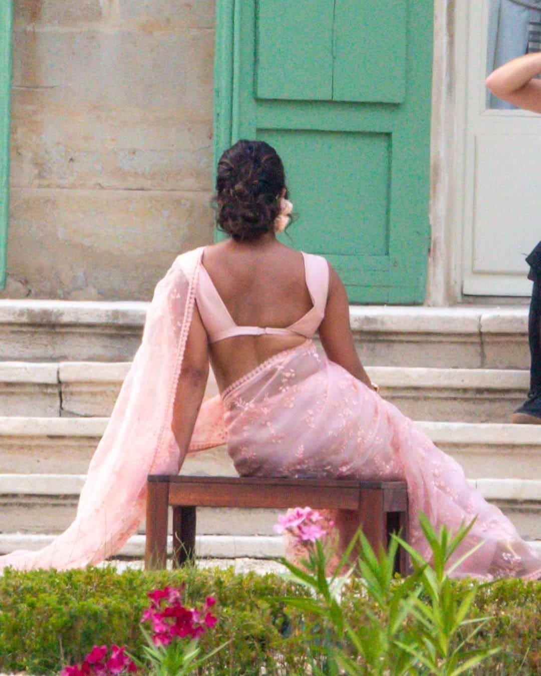 జోయ్ జోనస్ పెళ్లి వేడుకలో ఫోటోకు ఫోజులిస్తున్న ప్రియాంక Photo: Instagram