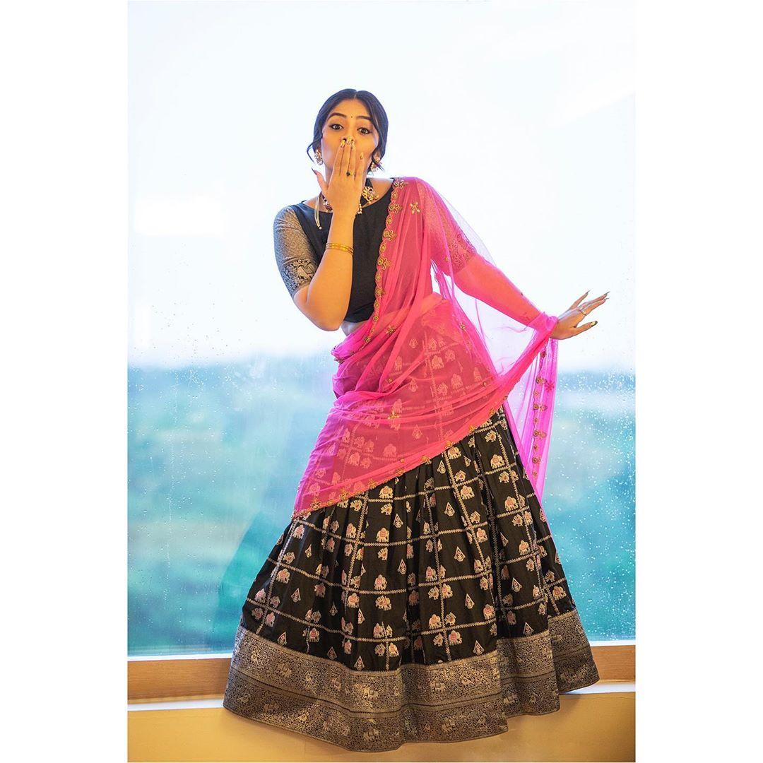 శ్రీముఖి ఫోటో షూట్ Photo: Instagram.com/sreemukhi