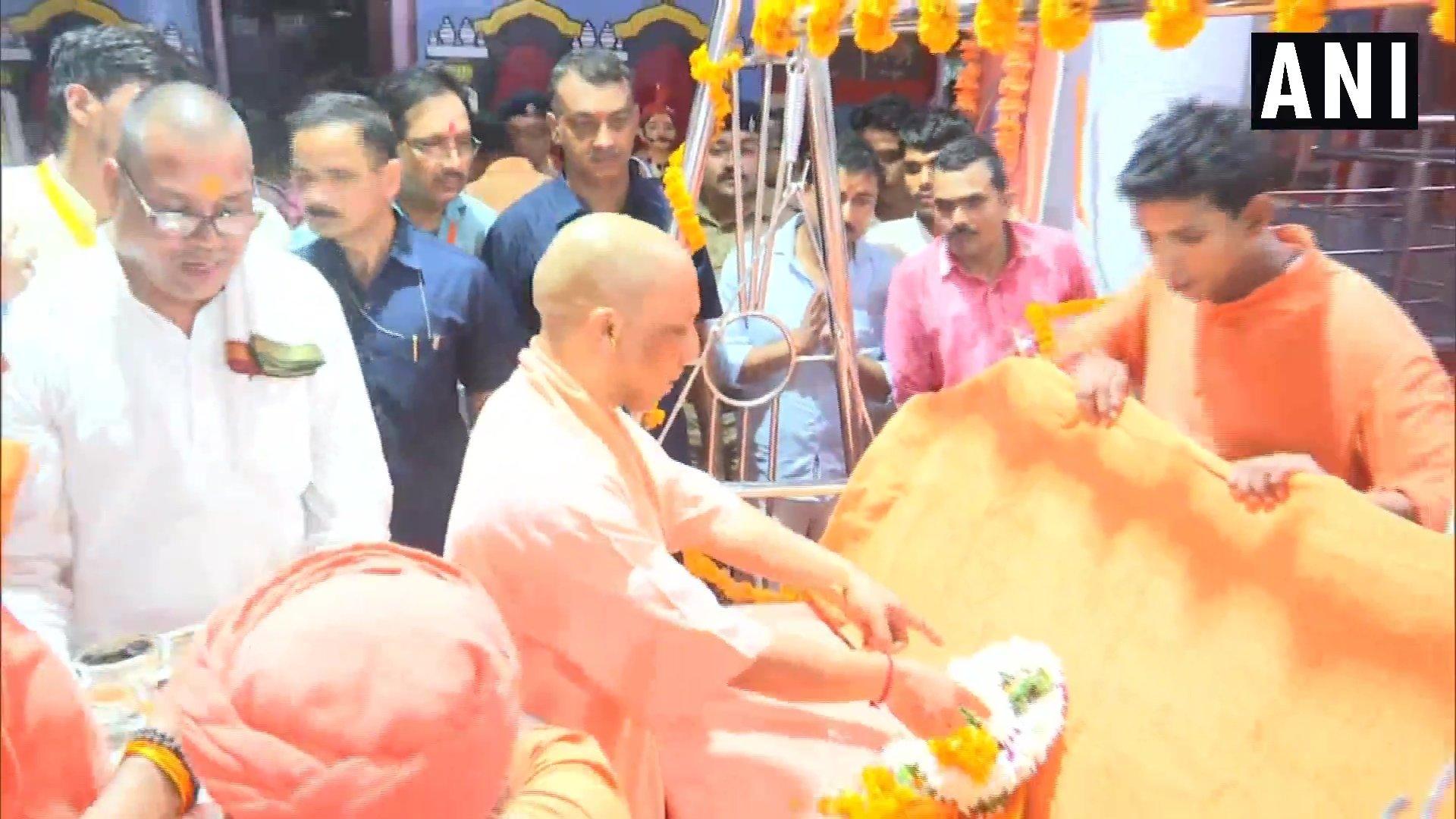 ఉత్తరప్రదేశ్... గోరఖ్పూర్... గోరక్నాథ్ ఆలయంలో కృష్ణాష్టమి వేడుకల్లో పాల్గొన్న సీఎం యోగి ఆదిత్యనాథ్ (image : Twitter - ANI)