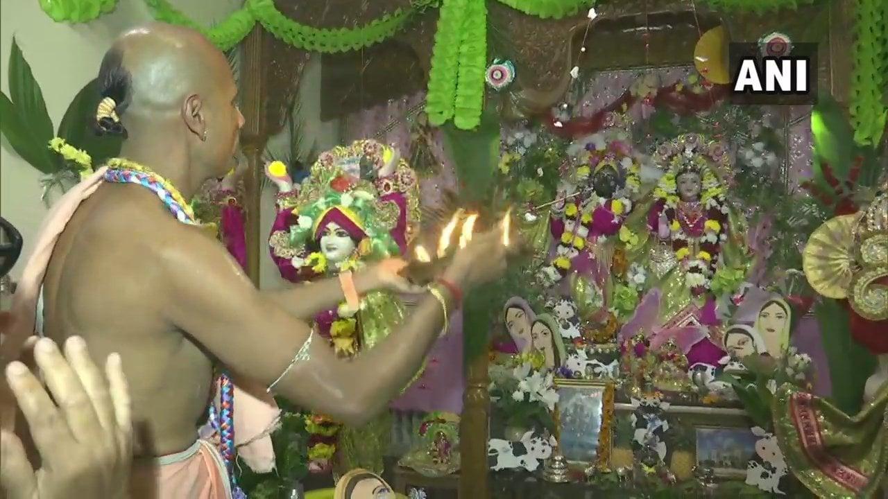 ఫ్రాన్స్లోని ప్యారిస్లో ఉన్న ఇస్కాన్ ఆలయంలో జన్మాష్టమి వేడుకలు (image : Twitter - ANI)