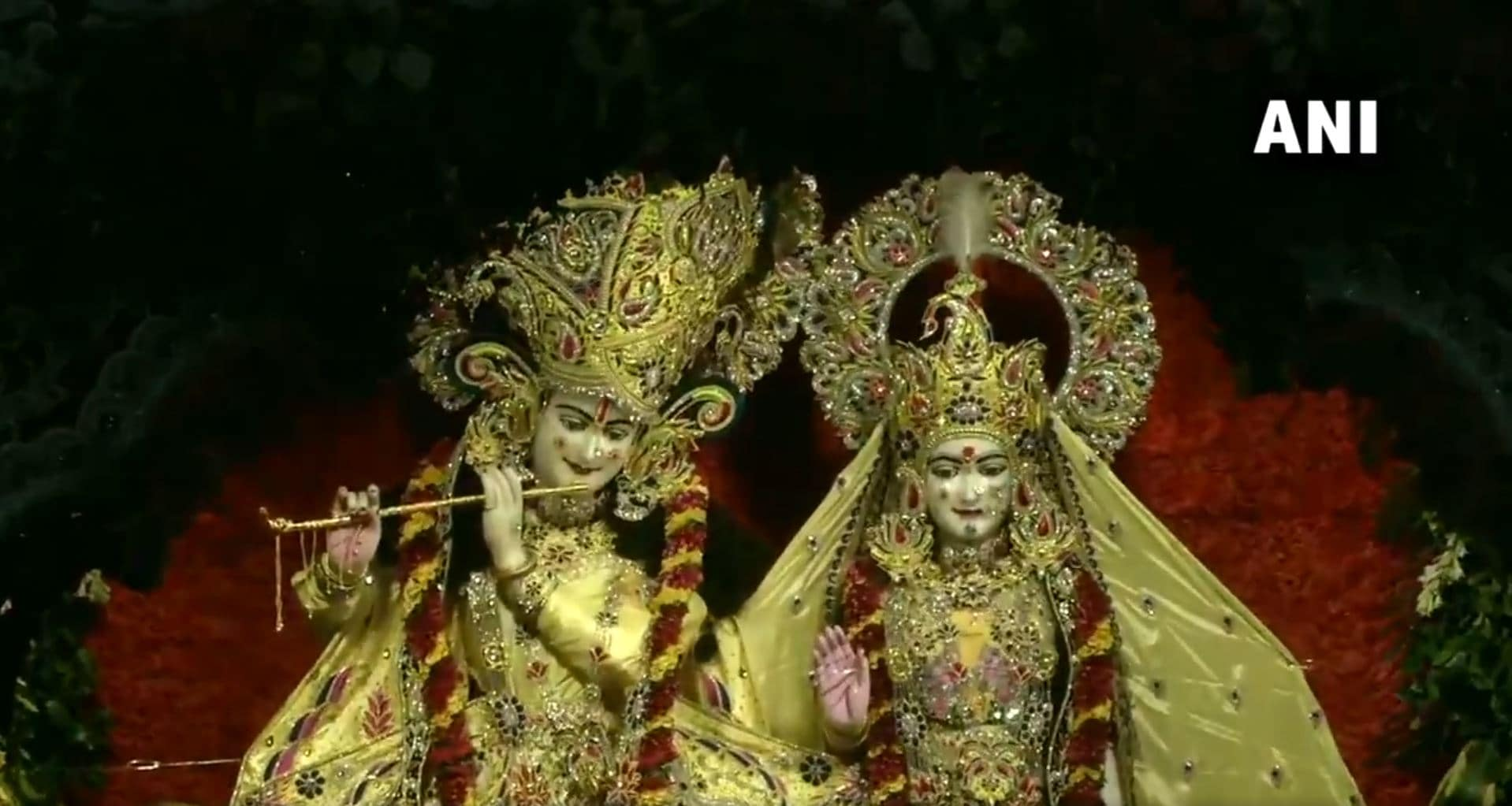 ప్రముఖ మధురలోని కృష్ణ జన్మభూమి ఆలయంలో జన్మాష్టమి, హారతి వేడుకలు (image : Twitter - ANI)