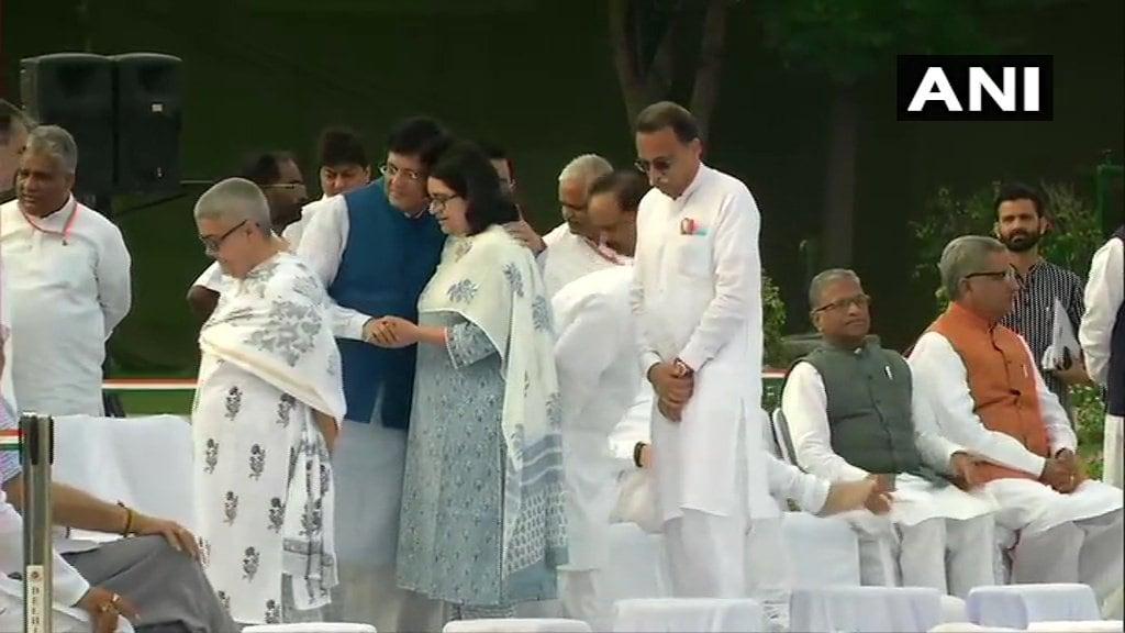 వాజ్పేయి సేవల్ని గుర్తు చేసుకుంటున్న బీజేపీ నేతలు (Image : Twitter - ANI)