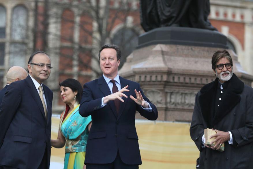 అప్పటి బ్రిటన్ ప్రధాని డేవిడ్ కామెరున్, అమితాబ్ బచ్చన్లతో అరుణ్ జైట్లీ (Image: Reuters)
