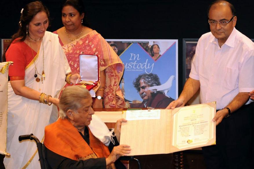 ప్రముఖ చలన చిత్ర నటుడు శశి కపూర్కు దాదా సాహెబ్ ఫాల్కే అవార్డు ప్రధానం చేస్తున్నసందర్భంగా అరుణ్ జైట్లీ (Image: AFP)