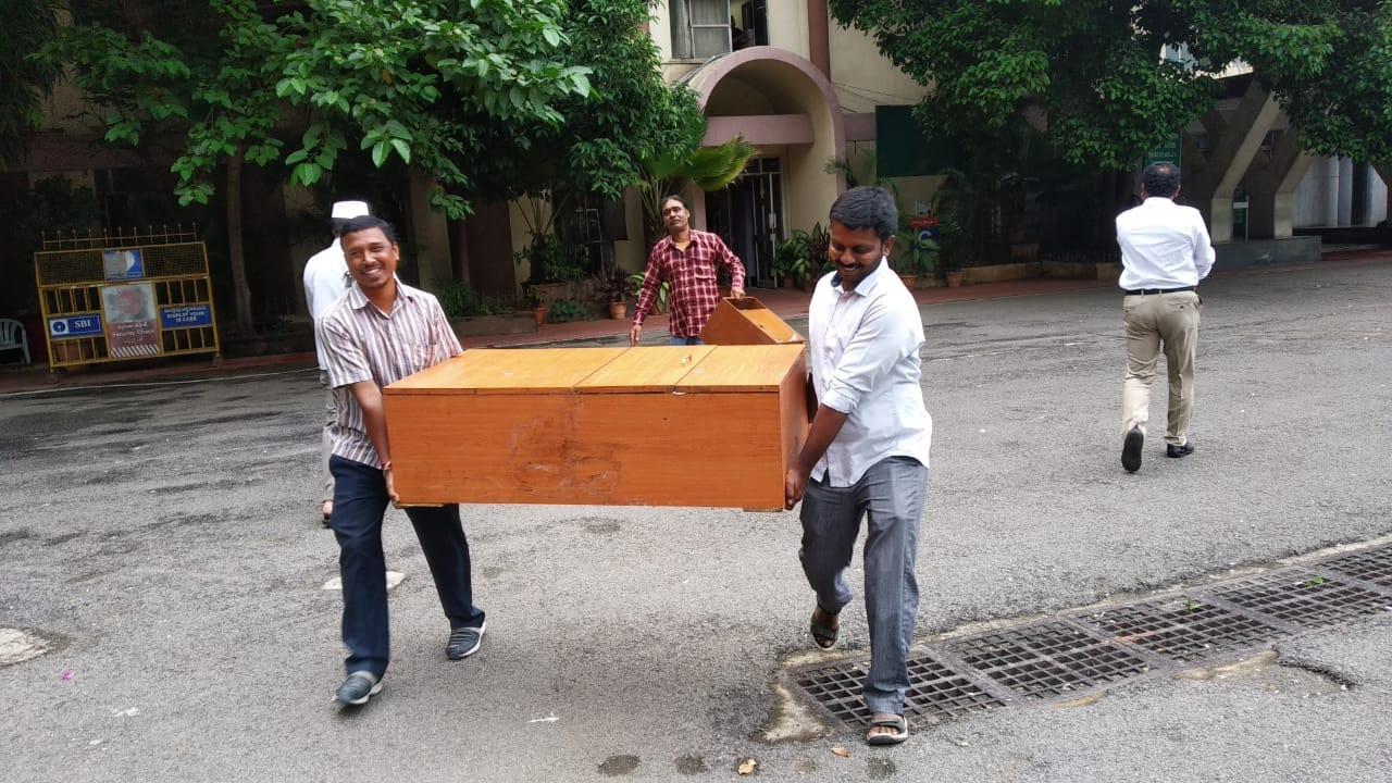 తెలంగాణ సచివాలయం నుంచి ఫర్నీచర్ తరలిస్తున్న దృశ్యం