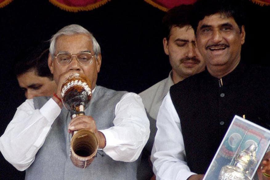మాజీ కేంద్రమంత్రి గోపినాథ్ రావు ముండేతో వాజ్పేయి (Image: Reuters)