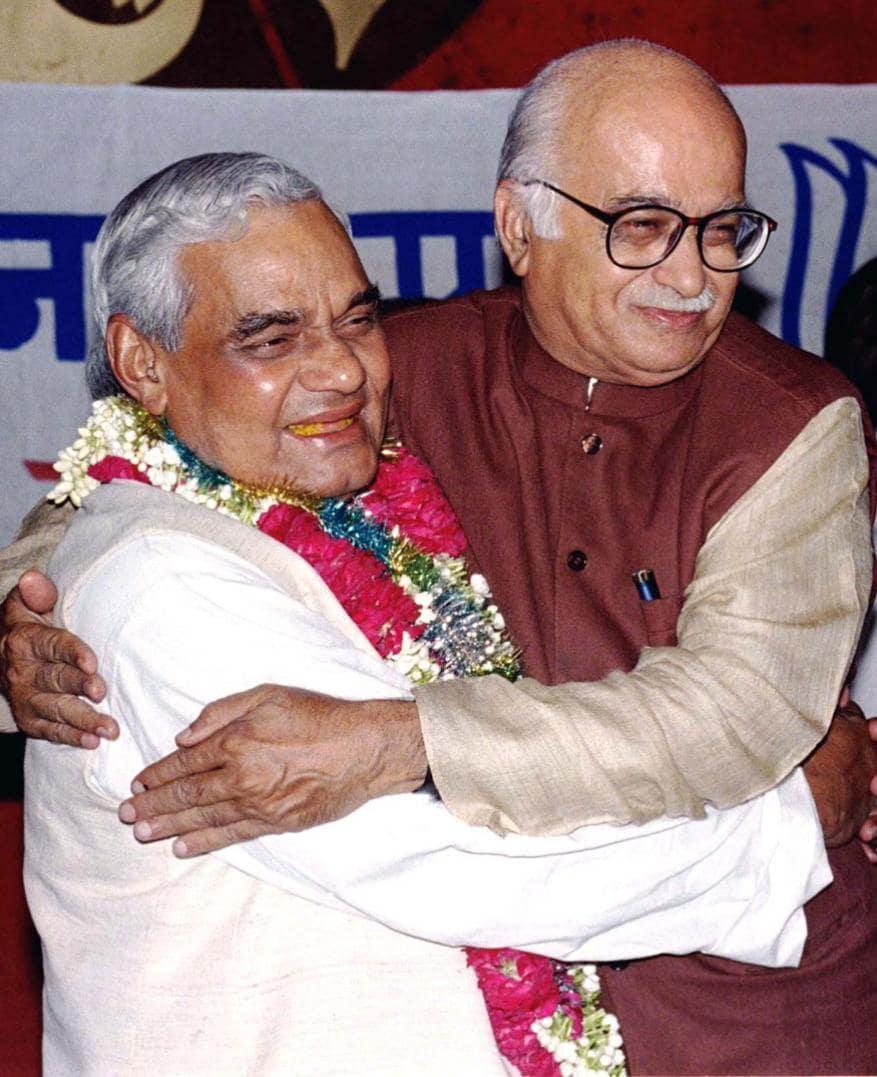 తన అనంగు మిత్రుడు లాల్ కృష్ణ అద్వానీతో అటల్ బిహారీ వాజ్పేయి (Image: Reuters)