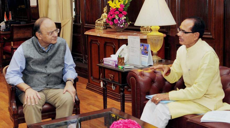 మధ్యప్రదేశ్ మాజీ ముఖ్యమంత్రి శివరాజ్ సింగ్ చౌహాన్తో అరుణ్ జైట్లీ (Image: PTI)