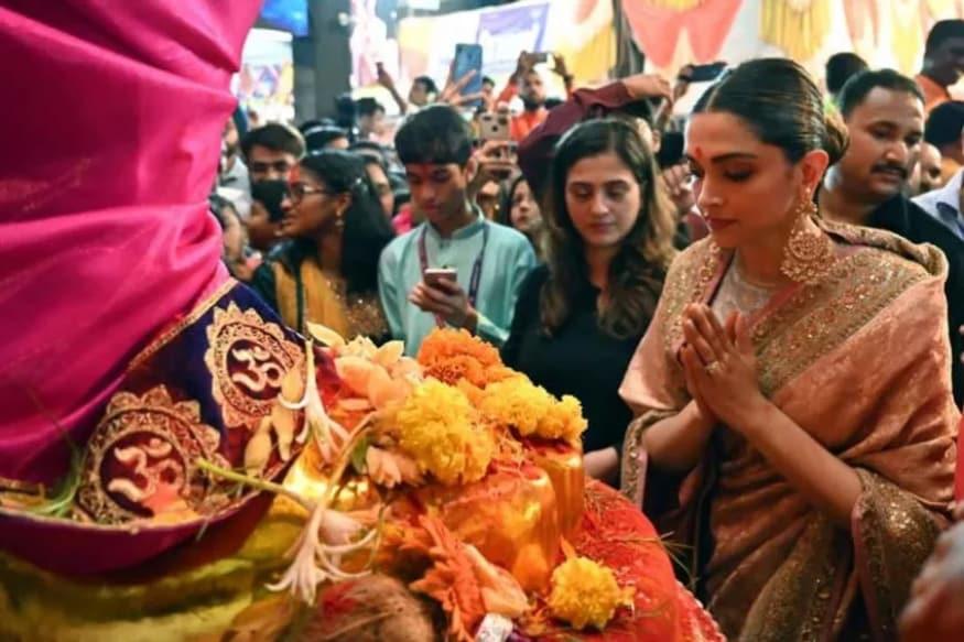 లాల్ బాగ్చా గణేషున్ని దర్శించుకున్న దీపికా పదుకొణే (Image: Viral Bhayani)