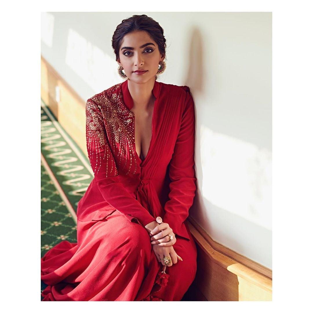 హాట్ లుక్స్తో అదరగొడుతోన్న సోనమ్ కపూర్ Photo: Instagram.com/sonamkapoor