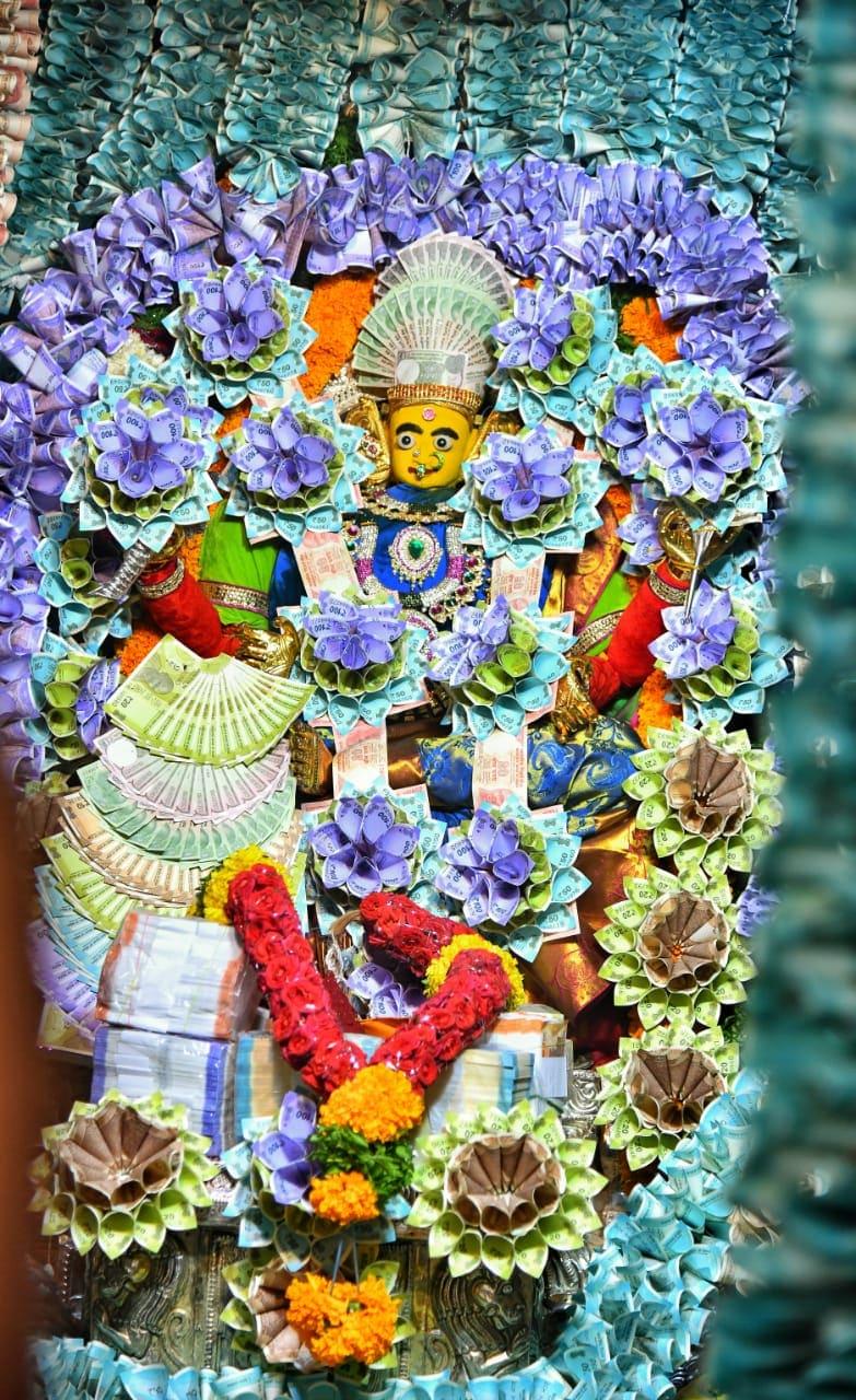 గుంటూరు పట్నం బజారు లోని కన్యకా పరమేశ్వరి ఆలయంలో దాదాపు రూ.3 కోట్లతో అమ్మవారి అలంకరణ