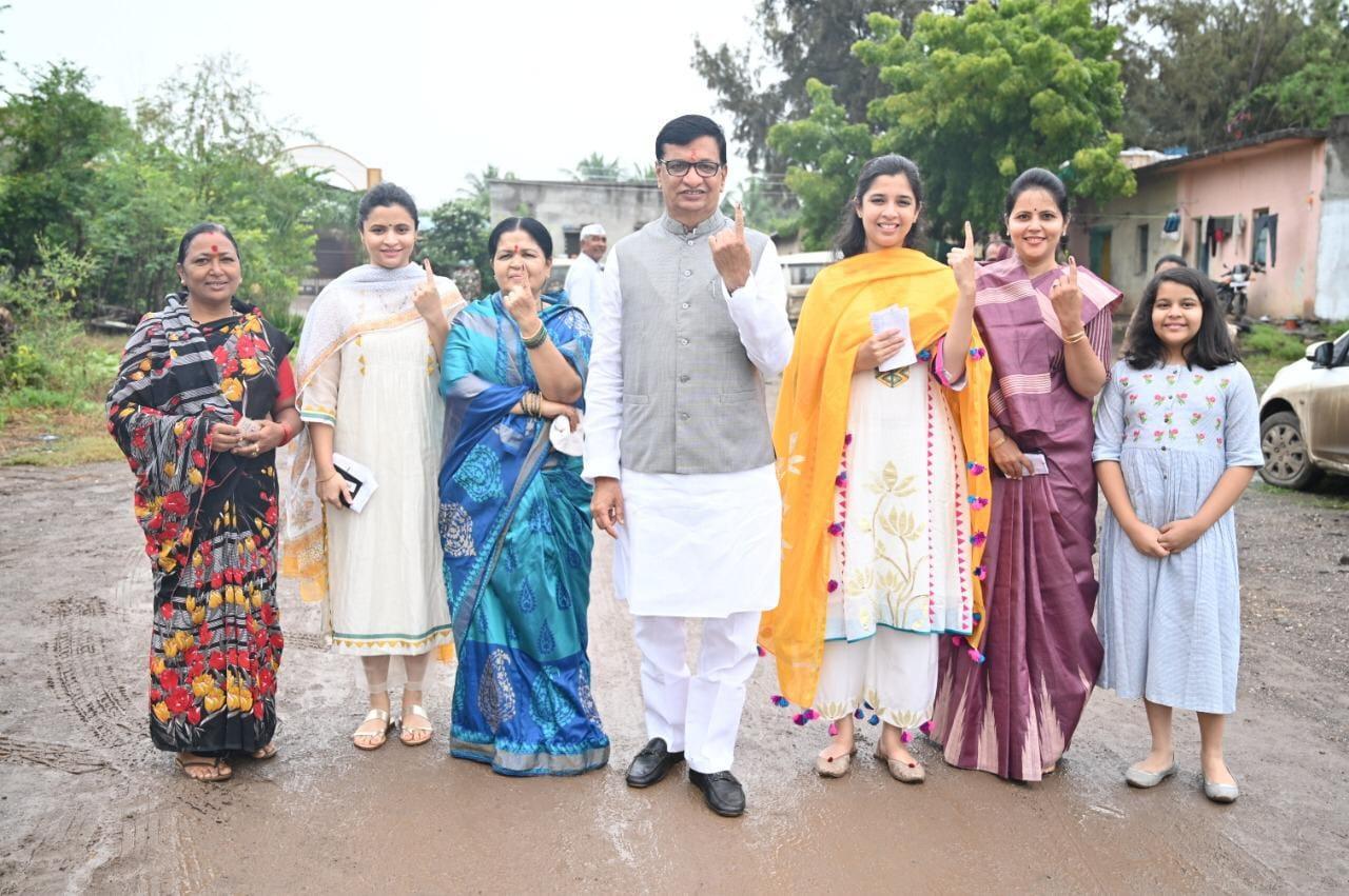 ఫ్యామిలీతో కలిసి ఓటు వేసిన మహారాష్ట్ర కాంగ్రెస్ అధ్యక్షుడు బాలాసాహెబ్ థొరాట్