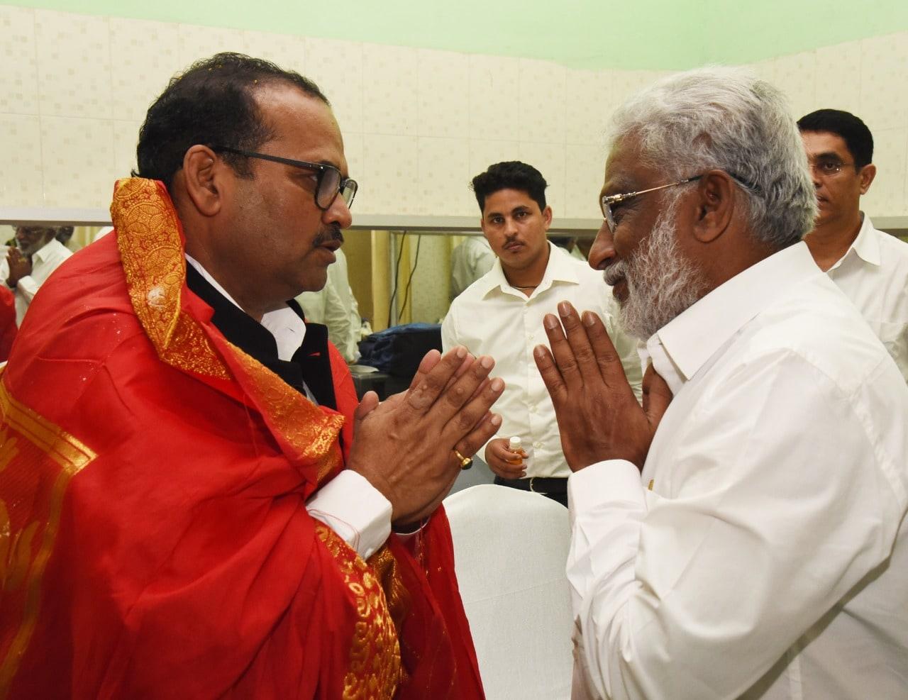 జస్టీస్ జితేంద్ర కుమార్ మహేశ్వరికి నమస్కారం చేస్తున్న టీటీడీ ఛైర్మన్ వైవీ సుబ్బారెడ్డి.