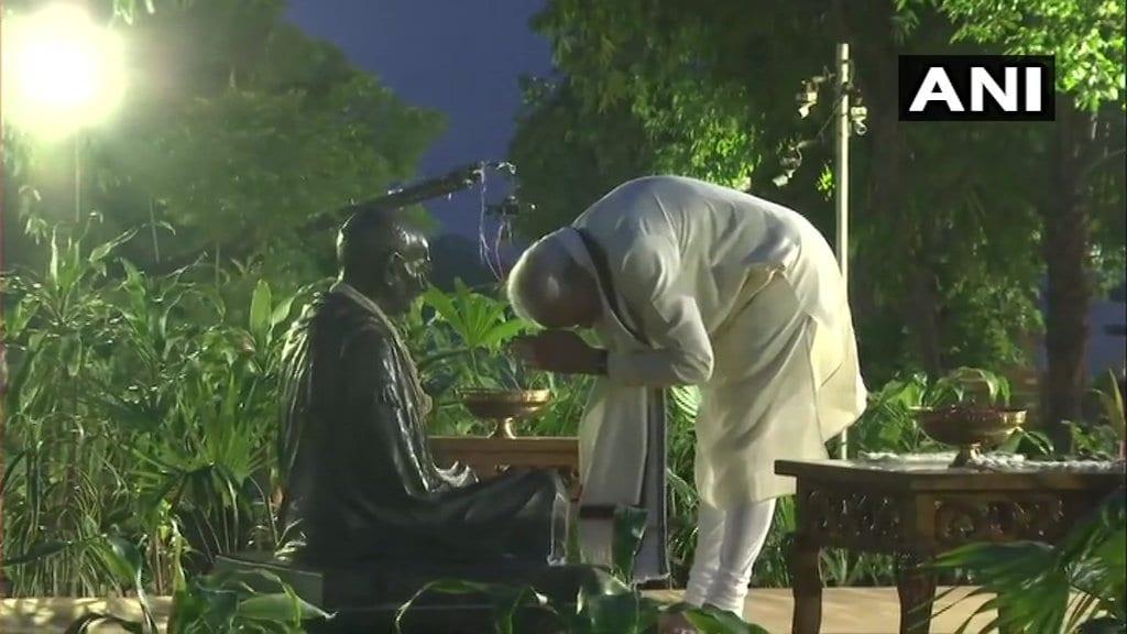 గుజరాత్లోని సబర్మతి ఆశ్రమంలో గాంధీ విగ్రహానికి ప్రధాని మోదీ నివాళి (Image: ANI)