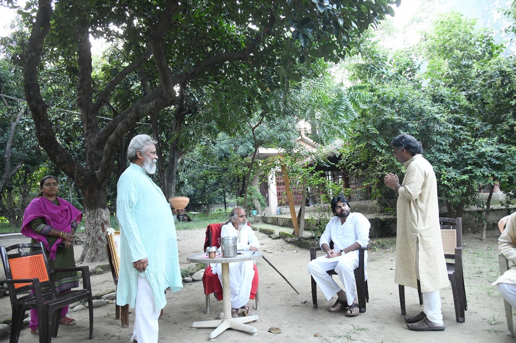 హరిద్వార్లోని మాత్రి సదన్ ఆశ్రమంలో పవన్ కల్యాణ్