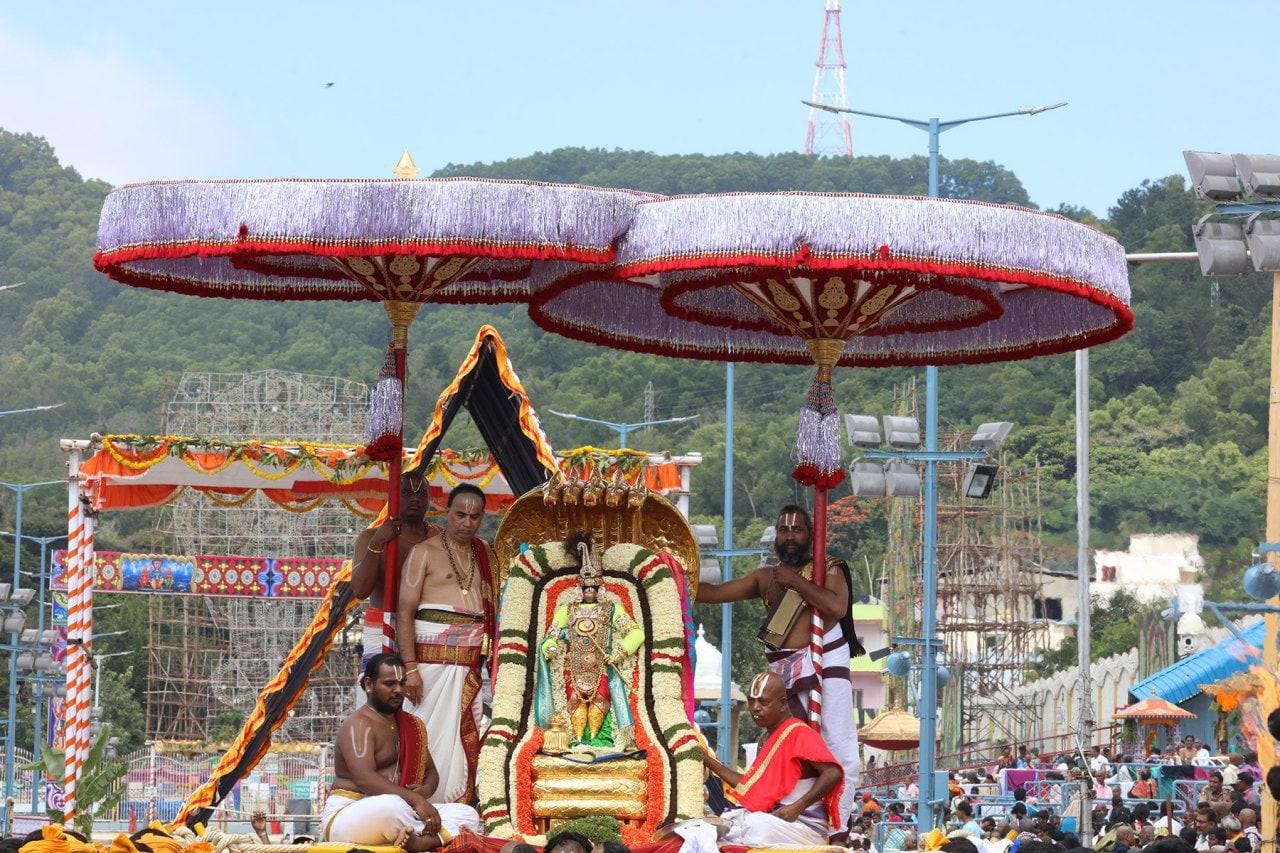 ఘనంగా తిరుమల శ్రీవారి బ్రహ్మోత్సవాలు జరుగుతున్నాయి. చినశేషవాహనంపై స్వామివారు భక్తులకు దర్శనమిచ్చారు.
