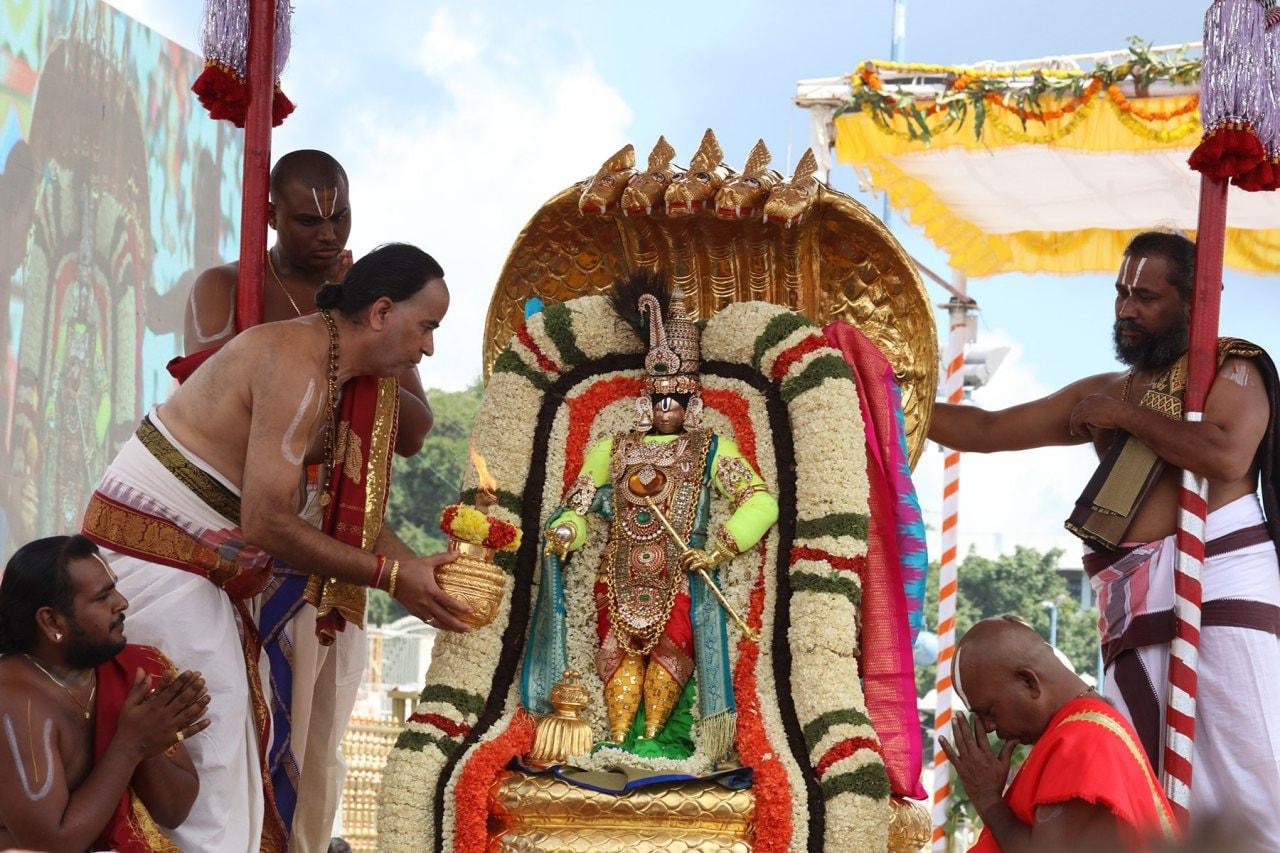 చినశేషవాహనంపై తిరుమాఢ వీధుల్లో స్వామివారి ఊరేగింపు