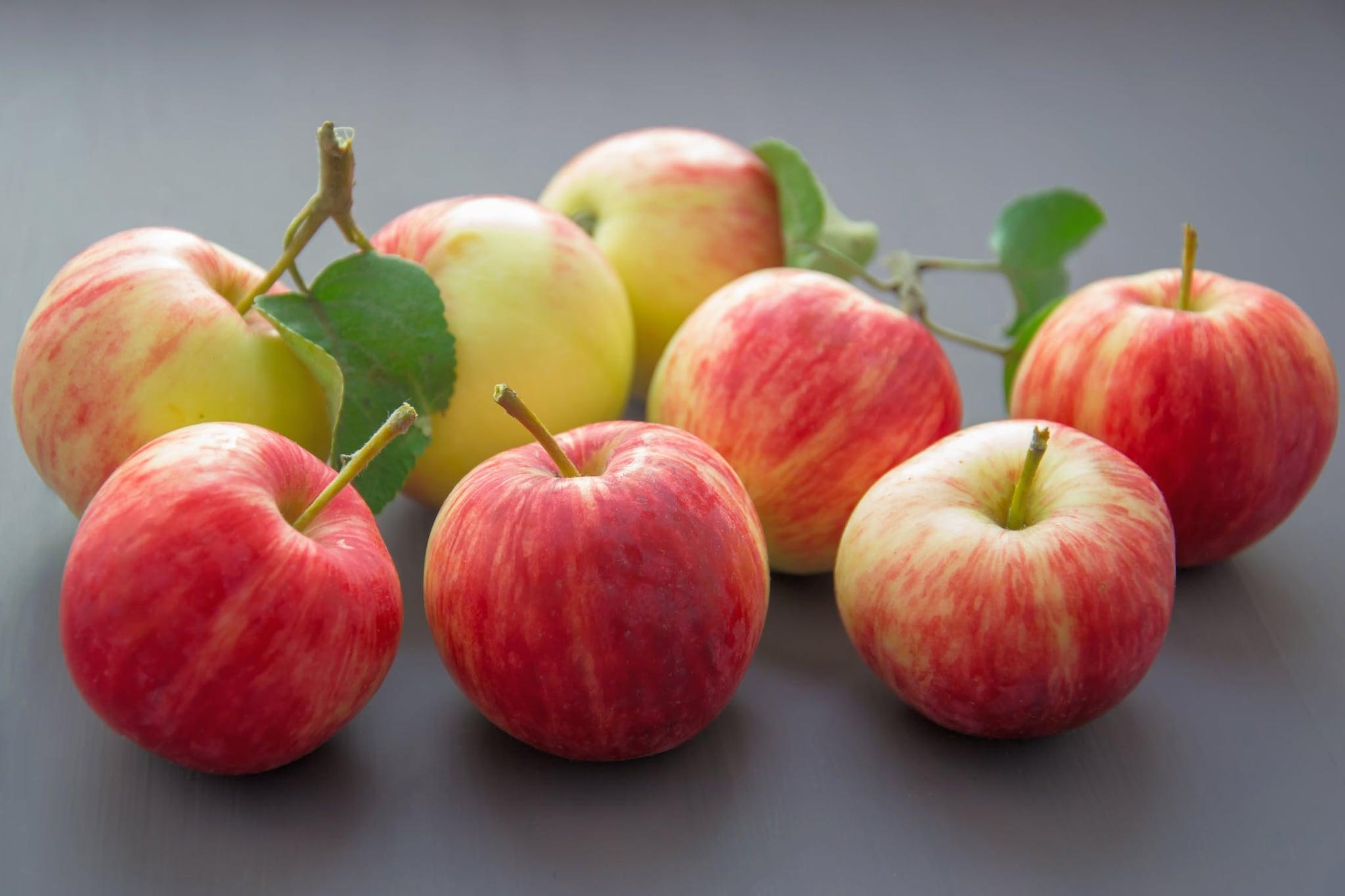 Apples : యాపిల్స్లో ఫ్రక్టోజ్, యాంటీఆక్సిడెంట్ పాలీఫెనాల్స్ ఉంటాయి. ఇవి మన బాడీలో మెటబాలిజం (క్రమపద్ధతి)ని పెంచుతాయి. అందువల్ల రక్తంలో త్వరగా షుగర్ కలిసిపోదు. టైప్-2 డయాబెటిస్ రాకుండా యాపిల్స్ మేలు చేస్తున్నాయి. వీటిలోని ఆంథోసియానిన్ ఈ ప్రయోజనం కలిగిస్తోంది.